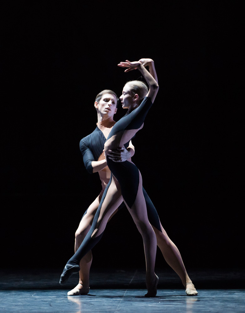 Marc Moreau and Léonore Baulac in <I>Alea Sands</I>.<br />© Julien Benhamou / Opéra national de Paris. (Click image for larger version)