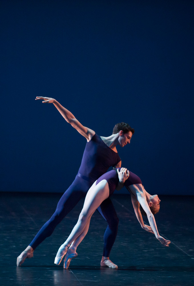 Germain Louvet and Léonore Baulac in <I>Polyphonia</I>.<br />© Julien Benhamou / Opéra national de Paris. (Click image for larger version)