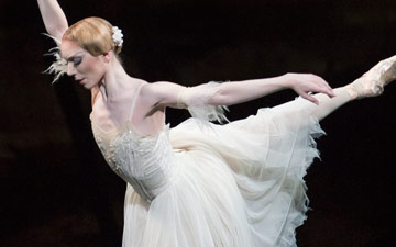 Sarah Lamb in Giselle.© Bill Cooper, courtesy the Royal Opera House. (Click image for larger version)