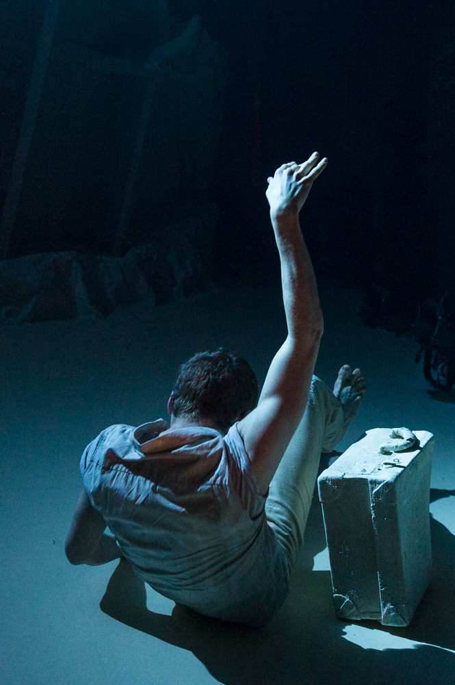 Benjamin Warbis in Hubert Essakow's <I>Terra</I>.<br />© Foteini Christofilopoulou. (Click image for larger version)