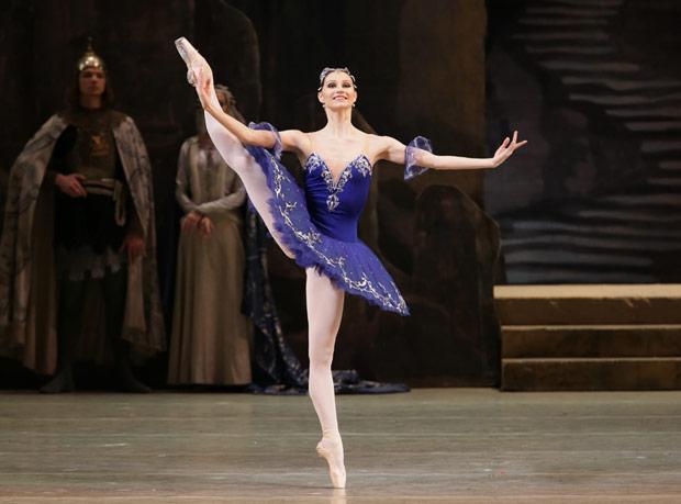 Oxana Skorik in <I>Raymonda</I>.<br />© Valentin Baranovsky. (Click image for larger version)