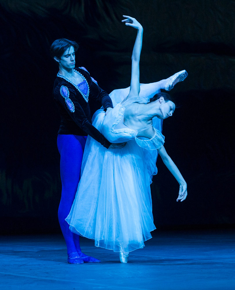 Kristina Shapran and Xander Parish in <I>Giselle</I>.<br />© Foteini Christofilopoulou. (Click image for larger version)