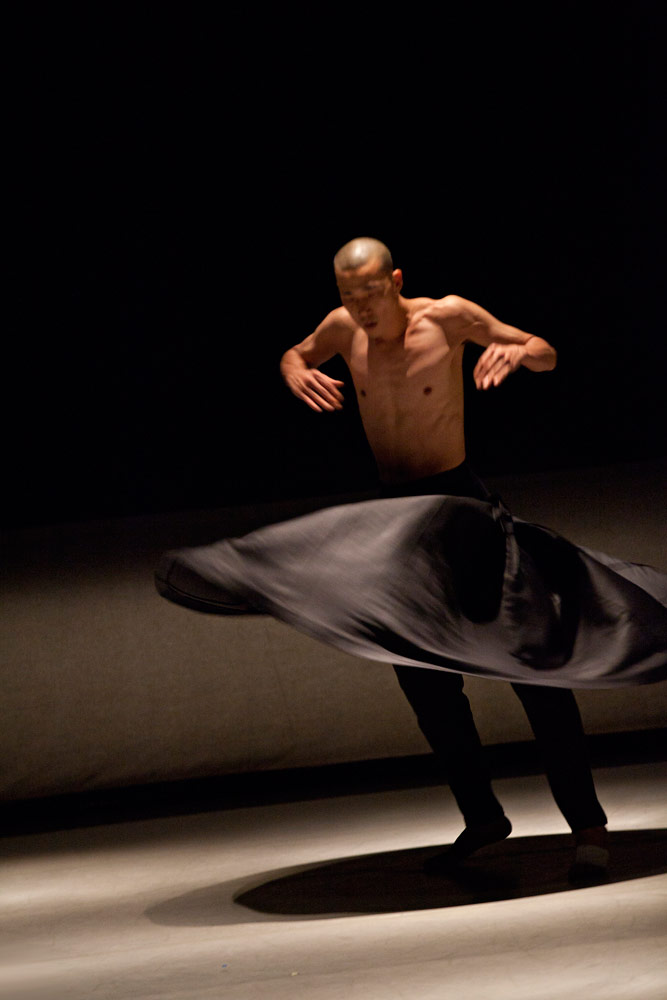 Akram Khan Company in <I>Kaash</I>.<br />© Louis Fernandez. (Click image for larger version)