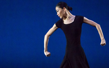 Xin Ying in Martha Graham's Chronicle.© Brigid Pierce. (Click image for larger version)
