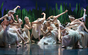 Northern Ballet in Swan Lake.© Emma Kauldhar. (Click image for larger version)