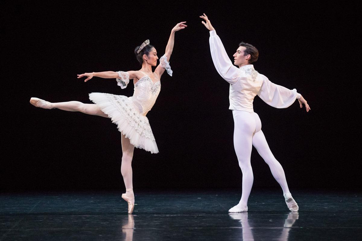 Miwako Kubota and Brett Chynoweth in Grand pas classique.© Daniel Boud. (Click image for larger version)