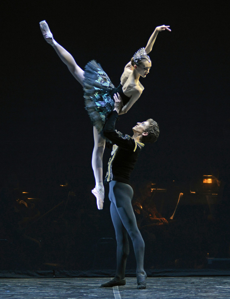 Jeanette Kakareka and Daniele Silingardi in the Black Swan pdd from Swan Lake.© Dave Morgan. (Click image for larger version)