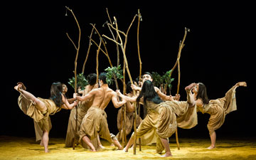 Cloud Gate Dance Theatre of Taiwan in Rite of Tree, part of Songs of the Wanderers.© Foteini Christofilopoulou. (Click image for larger version)
