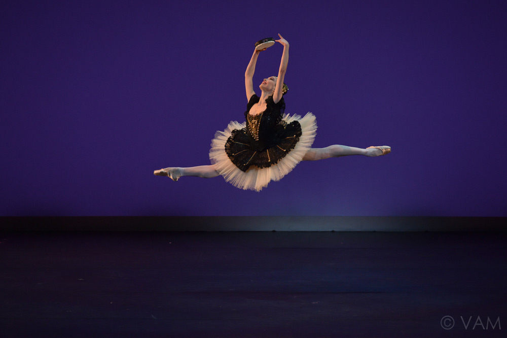 Hannah O'Neill in the pas de deux from La Esmeralda.© VAM/ Siggul. (Click image for larger version)