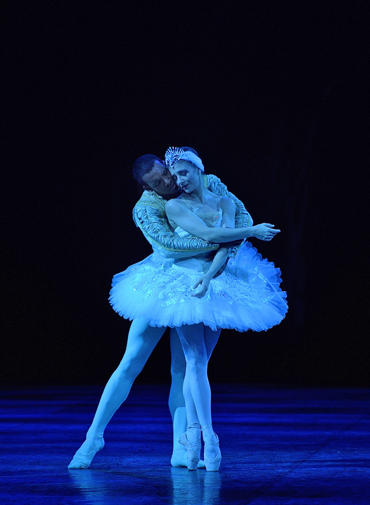Alina Cojocaru and Osiel Gouneo in Swan Lake.© Laurent Liotardo. (Click image for larger version)