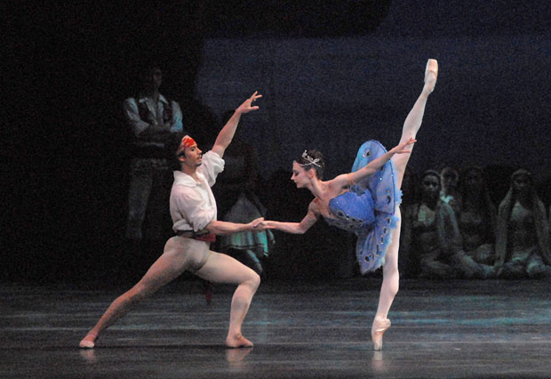 Maria Kochetkova and Herman Cornejo in <I>Le Corsaire</I>.<br />© MIRA. (Click image for larger version)