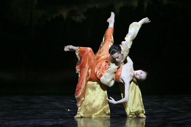 Wu Husheng (Emperor) and Qi Bingxue (Lady Yang) in <I>Echoes of Eternity</I>.<br />© Shanghai Ballet. (Click image for larger version)