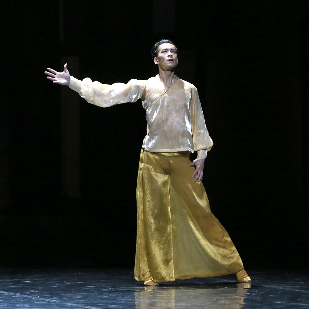 Wu Husheng (Emperor) in Echoes of Eternity.© Shanghai Ballet. (Click image for larger version)