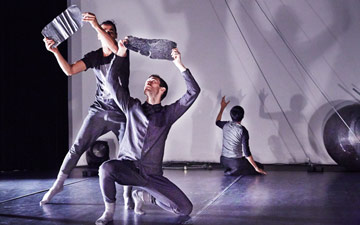 Jean Abreu Dance in A Thread, on which Labirinto is based.© Ambra Vernuccio. (Click image for larger version)
