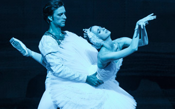 Ruslan Skvortsov and Anna Nikulina in Swan Lake.© Foteini Christofilopoulou. (Click image for larger version)