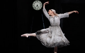 Leanne Stojmenov in Alexei Ratmansky's Cinderella.© Jeff Busby. (Click image for larger version)