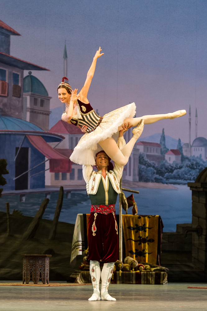 Nina Kaptsova and Vyacheslav Lopatin in <I>Le Corsaire</I>.<br />© Foteini Christofilopoulou. (Click image for larger version)