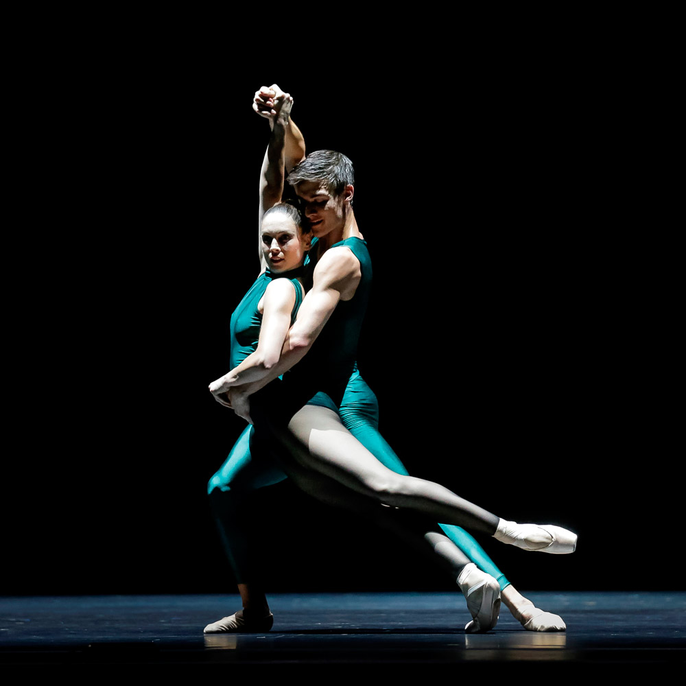 Abigail Boyle and William Fitzgerald in William Forsyth's <I>In the Middle Somewhat Elevated</I>.<br />Part of the RNZB <I>Speed of Light</I> bill.<br />© Maarten Holl. (Click image for larger version)