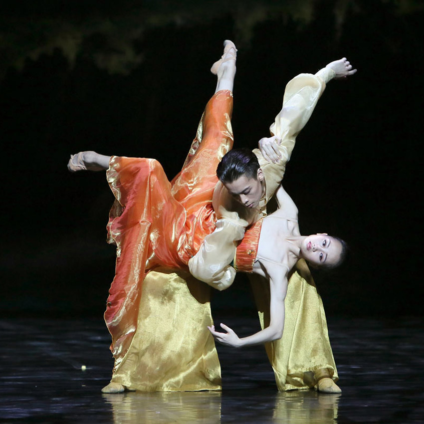 Wu Husheng (Emperor) and Qi Bingxue (Lady Yang) in Echoes of Eternity.© Shanghai Ballet. (Click image for larger version)