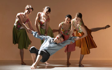 Marianna Krempeniou, Liam Riddick, Oihana Vesga Bujan, Nancy Nerantzi and Elly Braund in Richard Alston's Rejoice in the Lamb.© Chris Nash. (Click image for larger version)