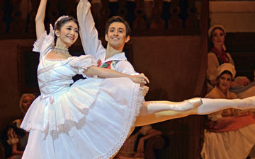Yuhui Choe and Valentino Zucchetti in La Fille mal gardee.© Dave Morgan, courtesy the Royal Opera House. (Click image for larger version)