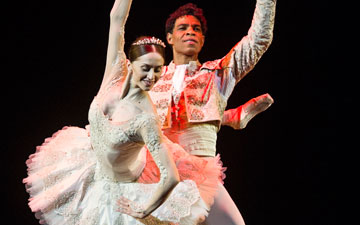 Carlos Acosta and Marianela Nuñez in Don Quixote pas de deux.© Foteini Christofilopoulou. (Click image for larger version)