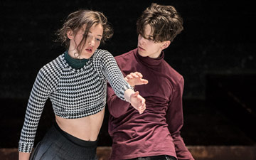 Hanne Waerzeggers and Misha Demoustier in Ryan Djojokardo and Bram Jansen's Alleen de grootste nabijheid for company DOX & fABULEUS.© Stephen Wright. (Click image for larger version)