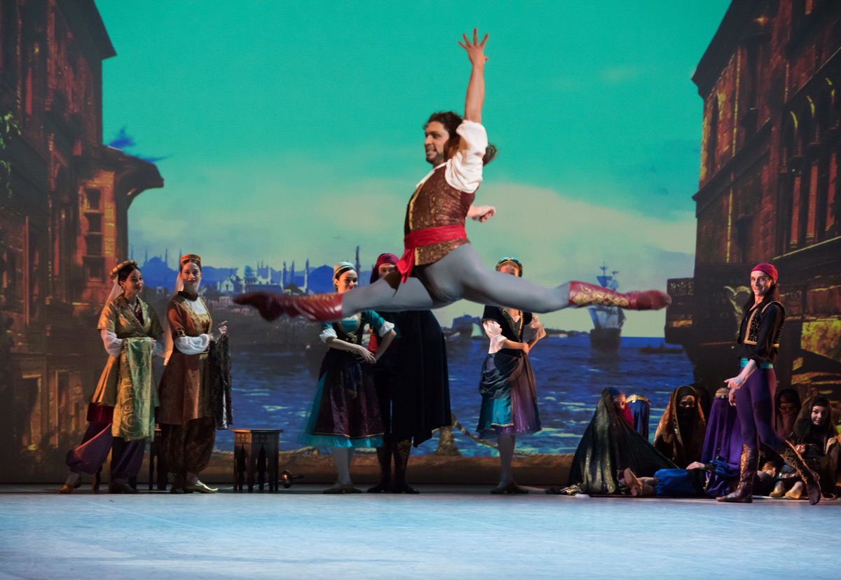 Ivan Vasiliev in Le Corsaire.© Doug Gifford. (Click image for larger version)