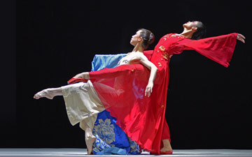Zhang Jian and Zhu Yan in The Peony Pavilion.© Dave Morgan. (Click image for larger version)