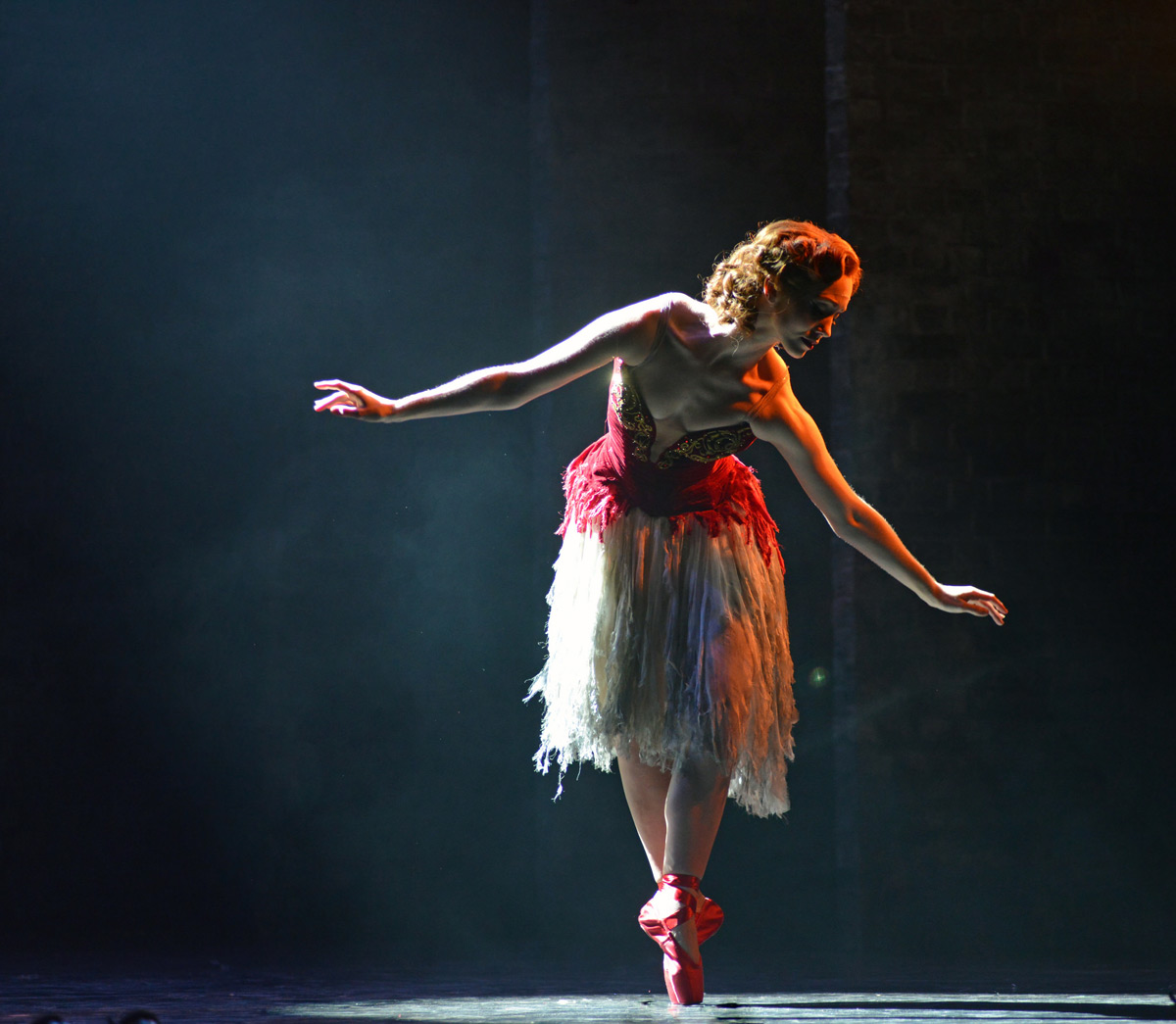 Ashley Shaw in The Red Shoes.© Dave Morgan. (Click image for larger version)