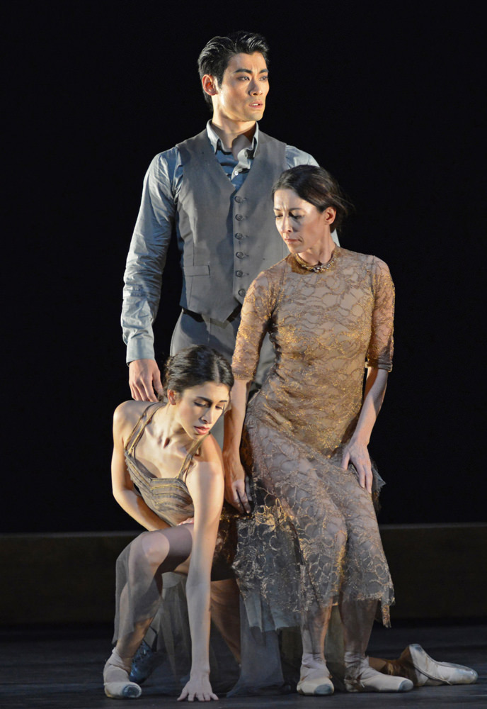Ryoichi Hirano, Yasmine Naghdi and Mara Galeazzi in the <I>I Now, I Then</I> section of <i>Woolf Works</I>.<br />© Dave Morgan, courtesy the Royal Opera House. (Click image for larger version)