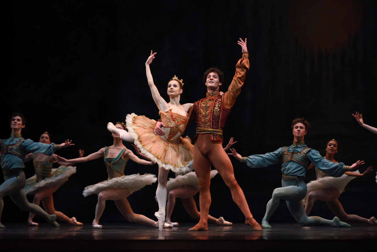 Maria Kochetkova and Angelo Greco in Tomasson's <I>Haffner Symphony</I>.<br />© Erik Tomasson. (Click image for larger version)