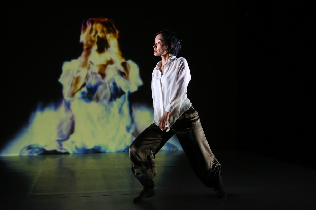 Akiko Kitamura in TranSenses.© Julie Lemberger. (Click image for larger version)