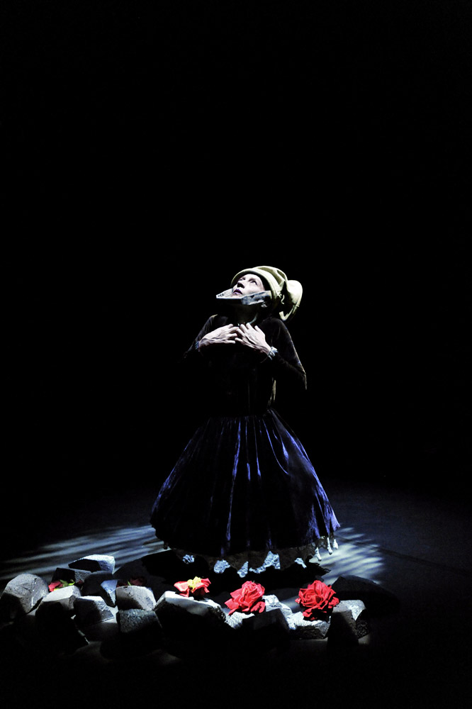 Compagnie Mossoux Bonté in Whispers.© Mikha Wajnrych. (Click image for larger version)