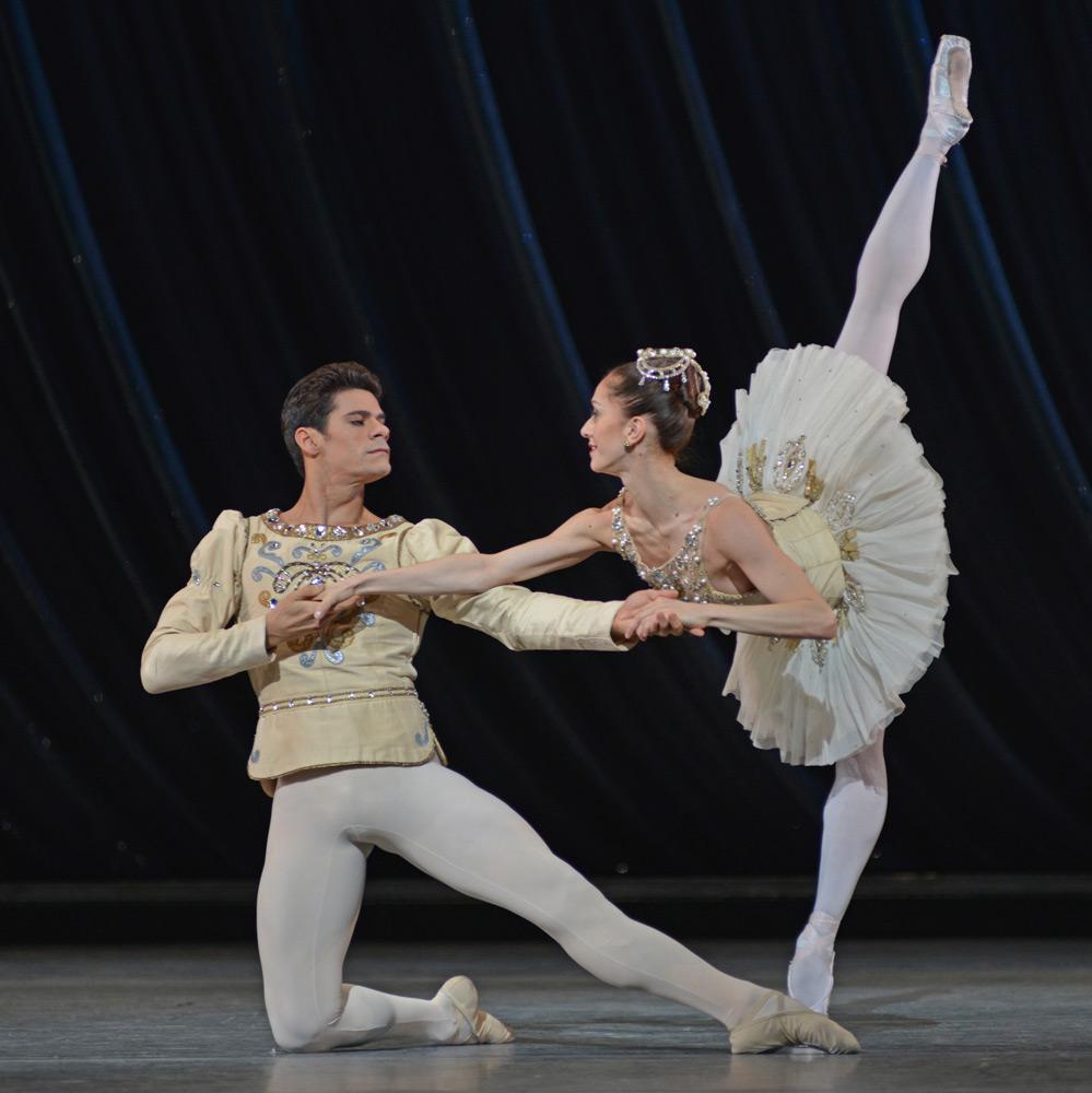 Marianela Nunez and Thiago Soares in Diamonds.© Dave Morgan, courtesy the Royal Opera House. (Click image for larger version)