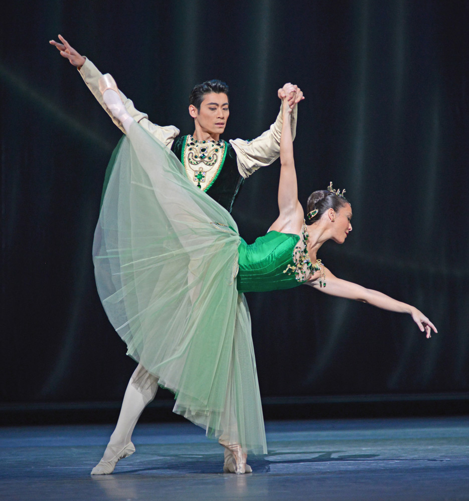 Ryoichi Hirano and Laura Morera in <I>Emeralds</I>.<br />© Dave Morgan, courtesy the Royal Opera House. (Click image for larger version)