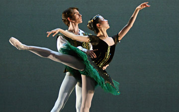 Rina Kanehara and Aitor Arrieta in the pdd from Esmerelda.© Dave Morgan. (Click image for larger version)