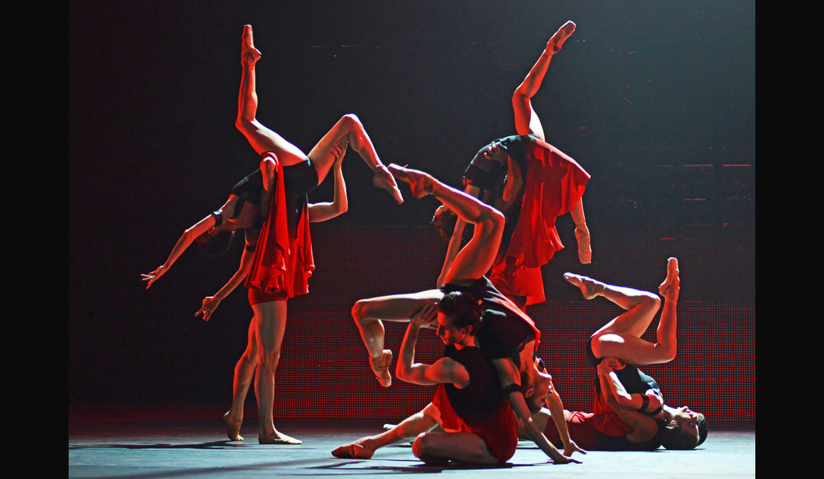 The Royal Ballet in Symphonic Dances.© Dave Morgan, courtesy the Royal Opera House. (Click image for larger version)