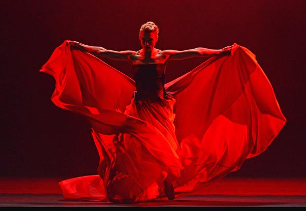 Zenaida Yanowsky in <I>Symphonic Dances</I>.<br />© Dave Morgan, courtesy the Royal Opera House. (Click image for larger version)