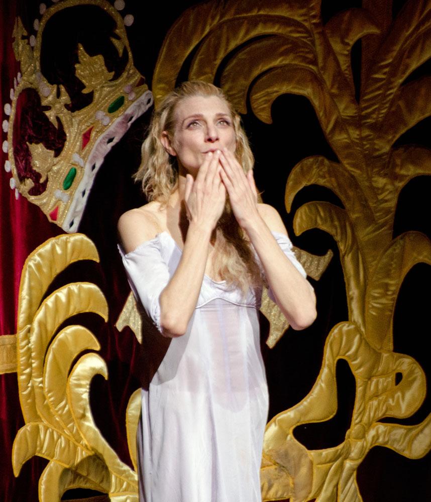 Zenaida Yanowsky at her final Royal Opera House curtain call. (Click image for larger version)