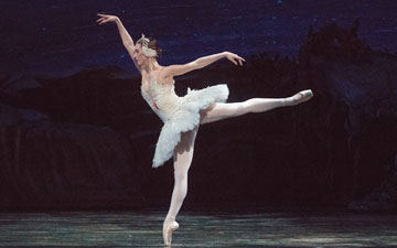 Devon Tesucher in Swan Lake.© Gene Schiavone. (Click image for larger version)