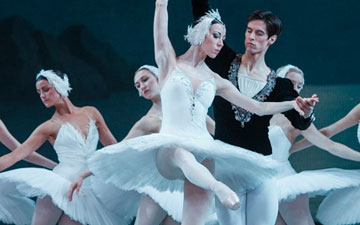 Viktoria Tereshkina and Xander Parish in Swan Lake.© Foteini Christofilopoulou. (Click image for larger version)