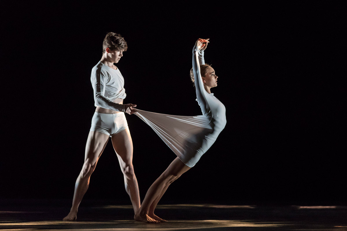 Harris Bell and Katharina Nikelski in See Blue Through.© Johan Persson / RBS. (Click image for larger version)
