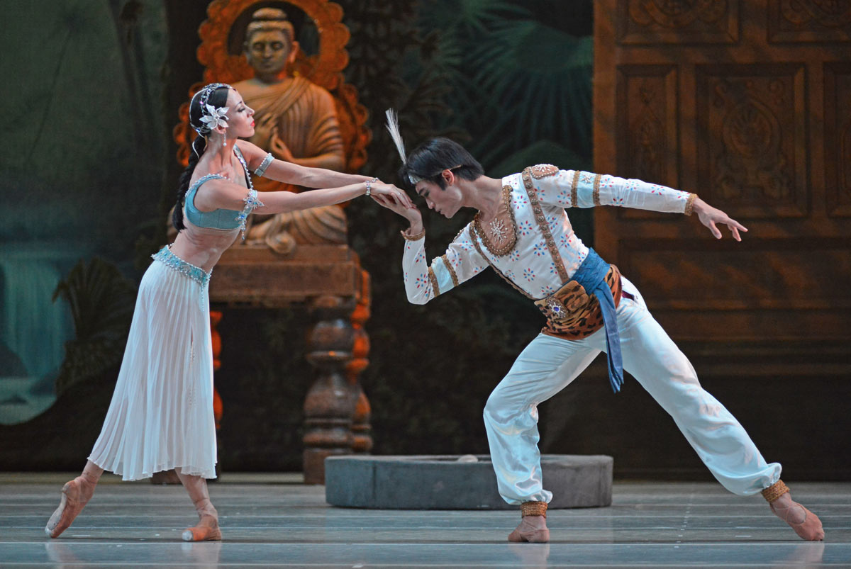 Viktoria Tereshkina and Kimin Kim in La Bayadere.© Dave Morgan. (Click image for larger version)