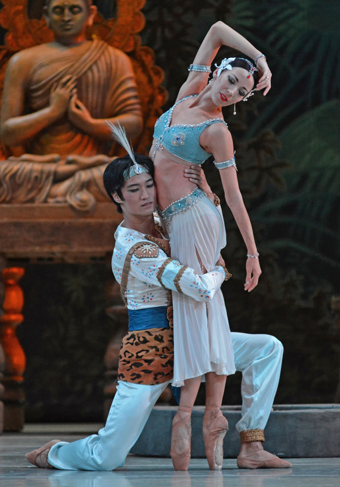 Viktoria Tereshkina and Kimin Kim in La Bayadere.© Dave Morgan. (Click image for larger version)