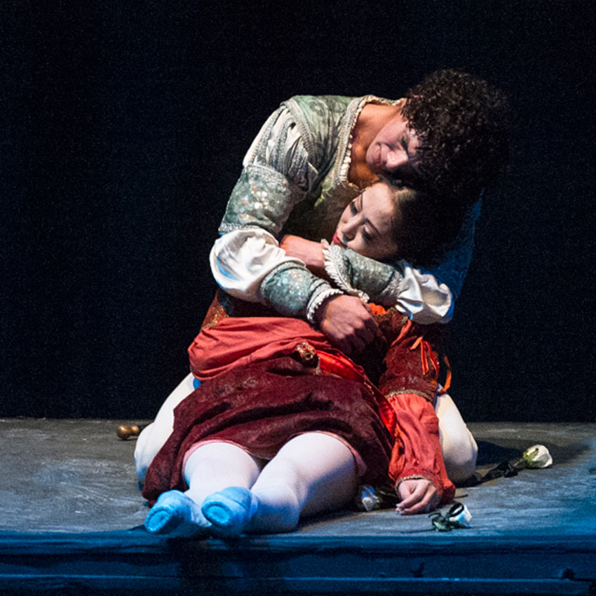 Erina Takahashi and Isaac Hernández in <I>Romeo & Juliet</I>.<br />© Foteini Christofilopoulou. (Click image for larger version)