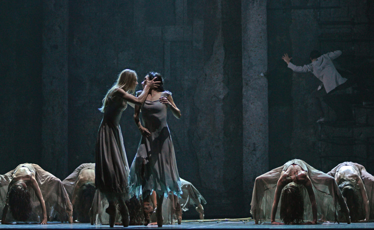Stina Quagebeur and Tamara Rojo in Akram Khan's Giselle.© Dave Morgan. (Click image for larger version)