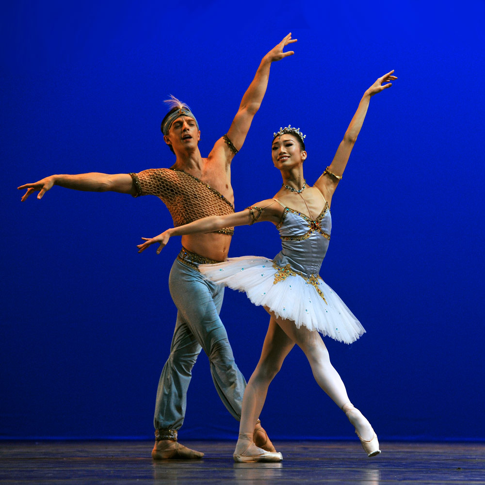 Akane Takada and Joseph Caley in <I>Le Corsaire</I>.<br />© Robbie Jack. (Click image for larger version)