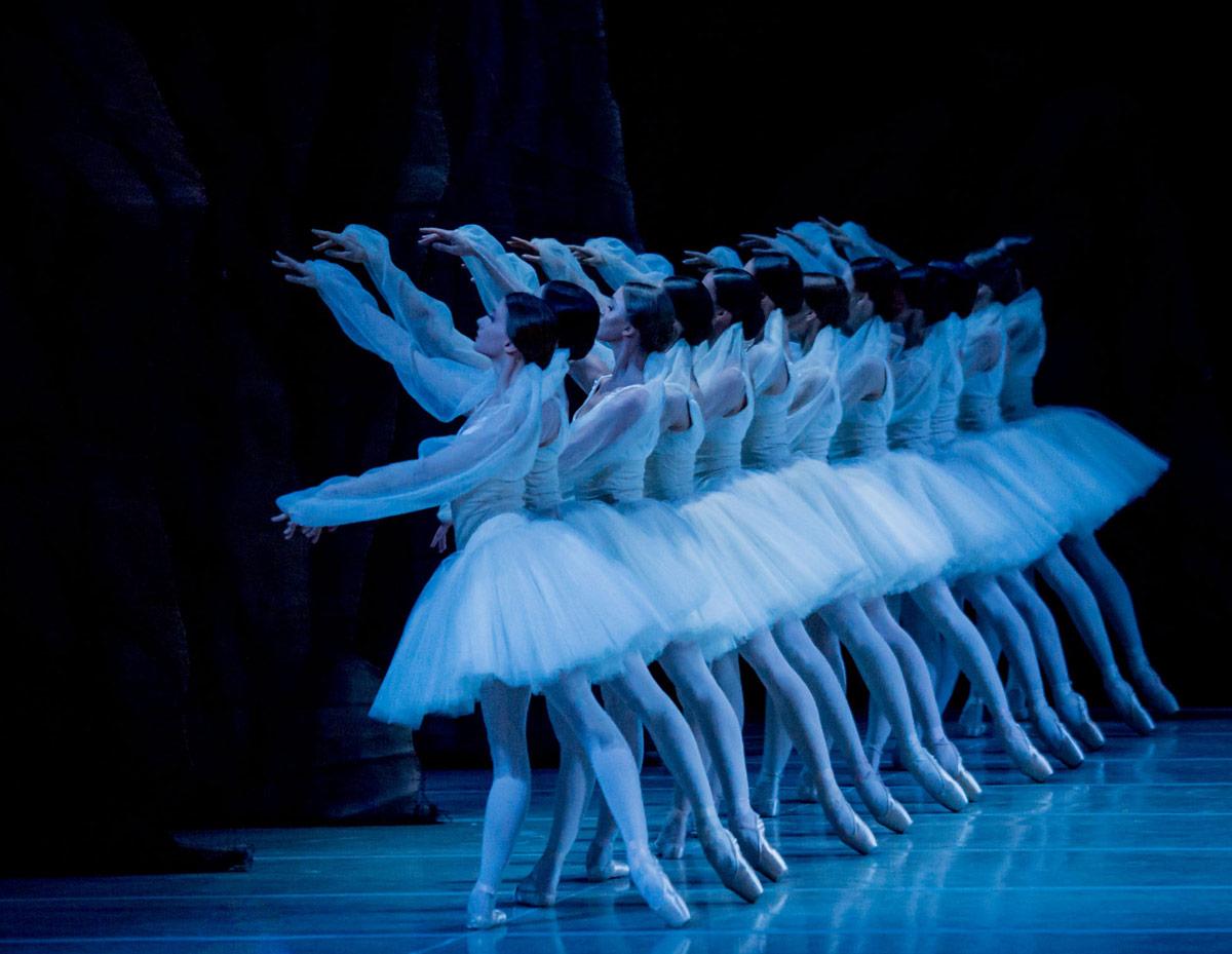 Mariinsky Ballet in <I>La Bayadere</I>.<br />© Jack Devant. (Click image for larger version)