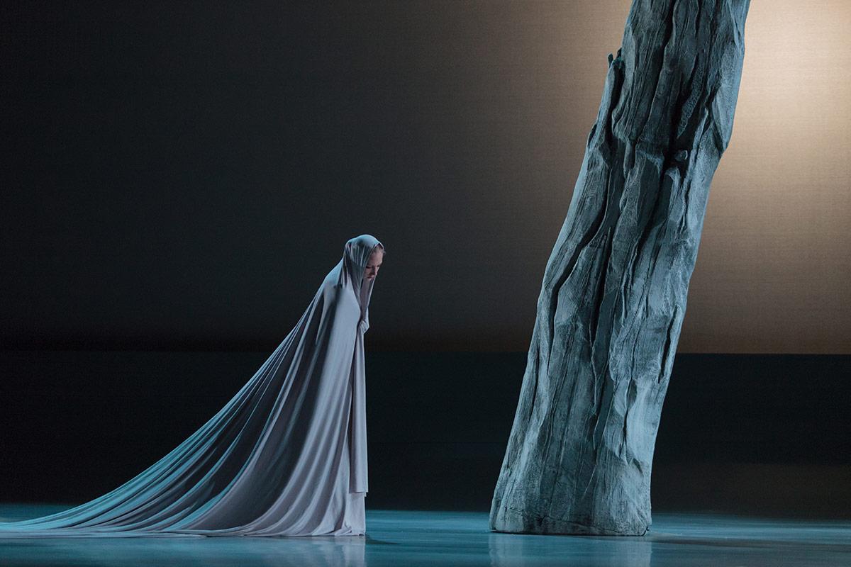 Jessica Lang Dance in Stabat mater.© Karli Cadel. (Click image for larger version)